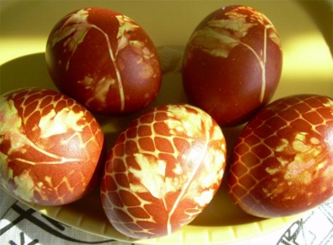 13. Луковая шелуха — лучшая краска для яиц!