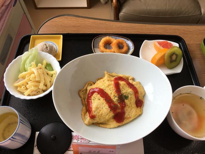 Омурайсу, салат с макаронами, куриный суп, кольца кальмаров, фрукты, зеленый чай