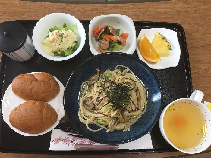 Паста с грибами, салат с картофелем, салат из брокколи и бекона, куриный суп, фрукты, хлеб, зеленый чай