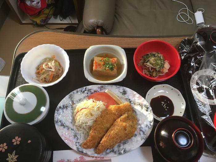 Куриные пальчики с салатом из капусты, горькая дыня, жаренная в раскалённом масле, агедаши тофу, салат с морковью, рис, суп мисо