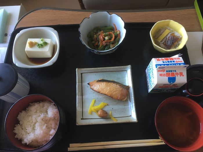 Лосось, тофу, салат из шпината, натто, суп мисо, рис, молоко