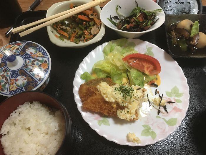 Жареная рыба с соусом тартар, тушеный горный картофель, салат из хидзики, шпинат и морковь, рис, зеленый чай