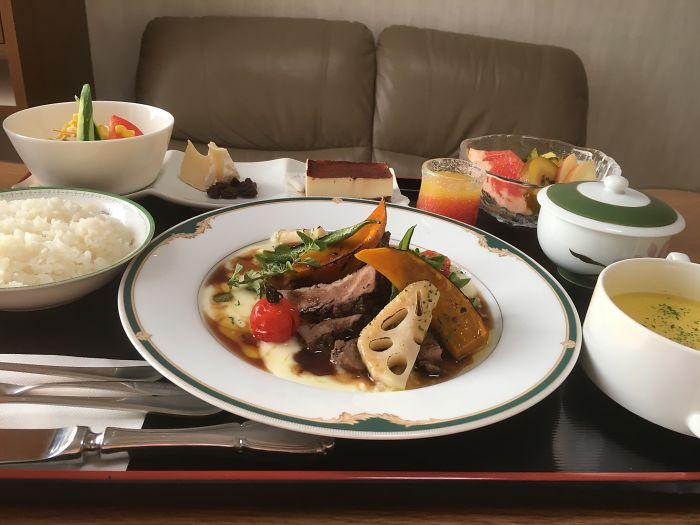 Камамбер и изюм, жареная говядина, картофельное пюре, кабоча, корень лотоса с подливкой, кукурузный суп, рис, салат, тирамису, фрукты, апельсиновый сок, зеленый чай