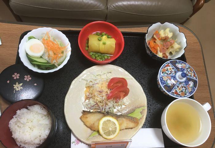 Треска, салат из шинкованной капусты, салат с пастой, сладкий картофель и горох, рис, зеленый чай