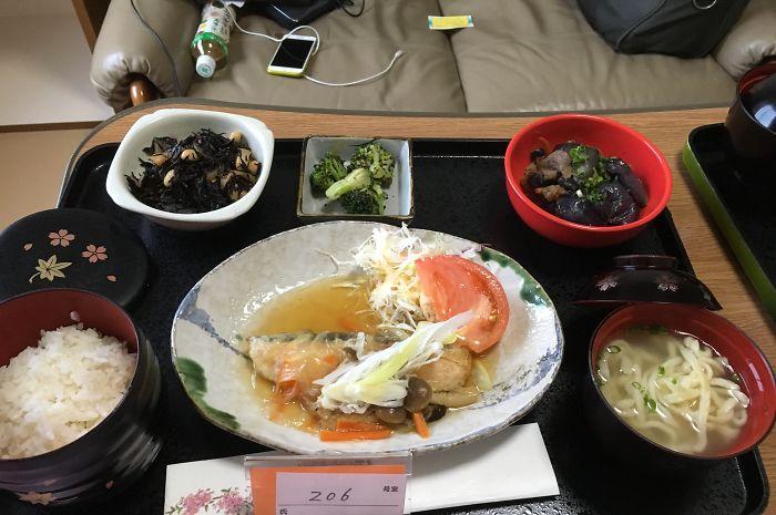 Лосось под грибным соусом, лапша соба, рис, баклажаны с говядиной, брокколи, салат из хидзики