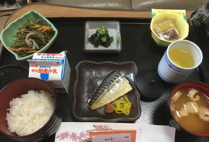 Скумбрия, салат из водорослей комбу, натто, салат из шпината, суп мисо, рис, молоко, зеленый чай