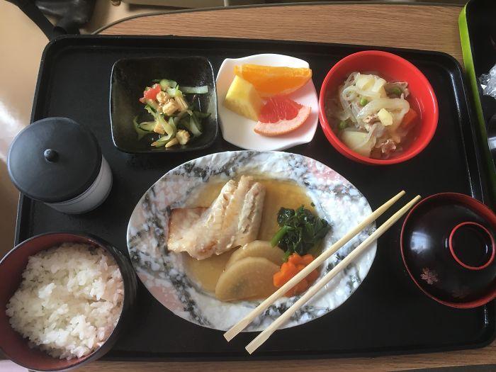 Тушеные овощи, Нику Джага (мясо с картофелем), салат из огурцов и кукурузы, рис, суп мисо, зеленый чай