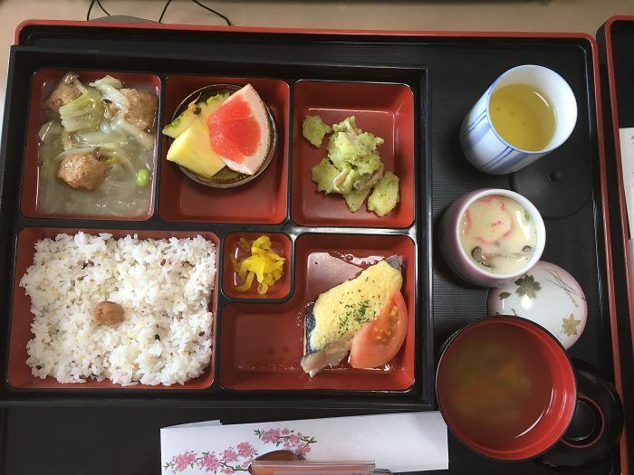 Морской лещ, салат с пастой, куриные фрикадельки, маринованный дайкон, рис, суп мисо, тяван-муси, зеленый чай