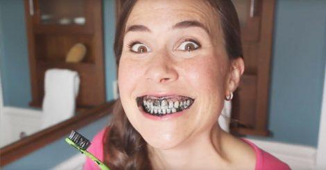 Отбелить зубы активированным углём