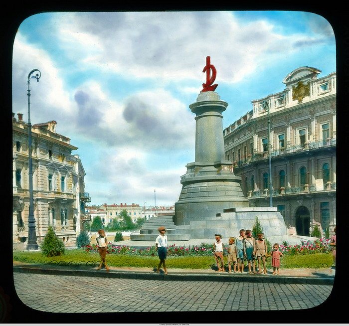 9. Коммунистический монумент с молотом и серпом, Екатерининская площадь. Памятник Екатерине снесли, памятник Потемкинцам еще не установили.