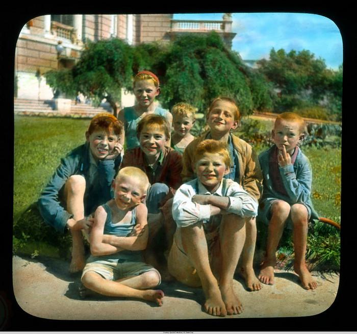 15. Группа украинских детей. У оперного театра.