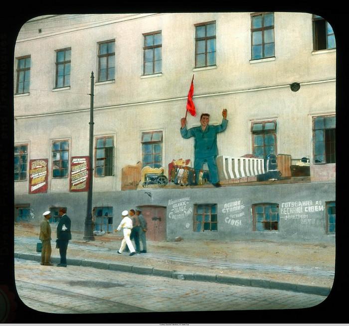 19. Городской вид близ гавани с пропагандой на здании.