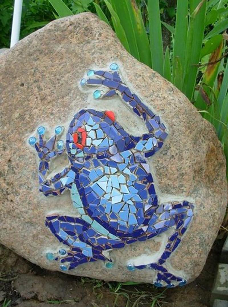 1. Какая великолепная лягушка! Она чем-то напоминает известную ящерицу Гауди из парка «Гуэль»
