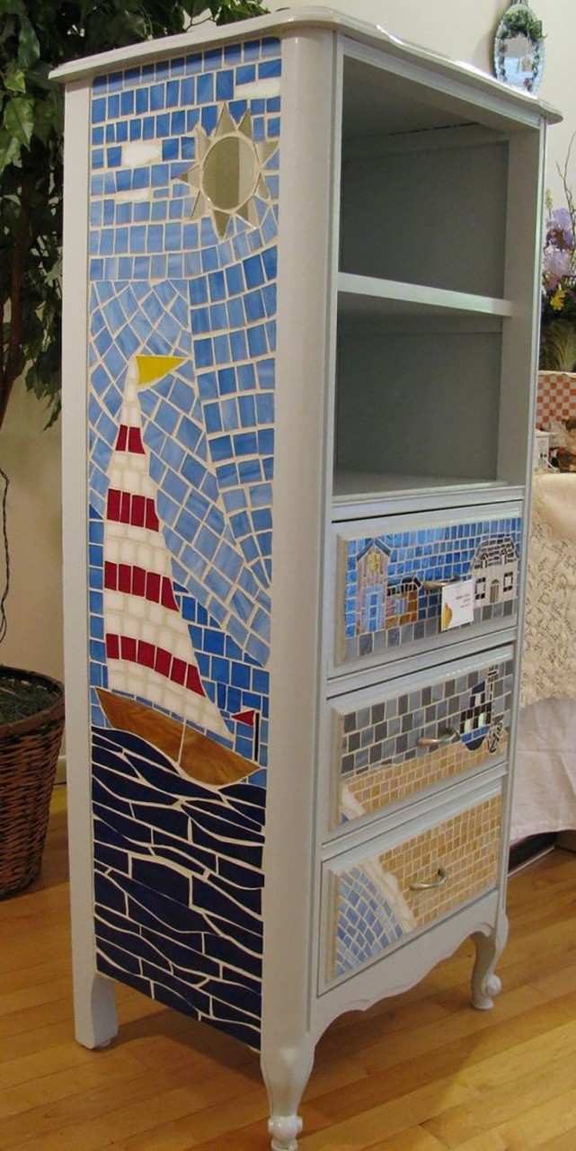 19. При помощи остатков из битой плитки можно отдекорировать практически любую мебель.