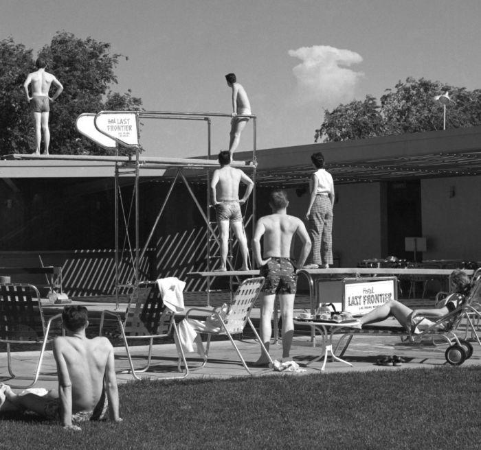 Группа туристов в Лас-Вегасе из первых рядов наблюдает за испытаниями ядерной бомбы в 1953 году.