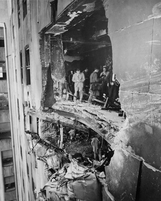 Разрушенная стена Эмпайр-стейт-билдинг после столкновения бомбардировщика B-25 в 1945 году.