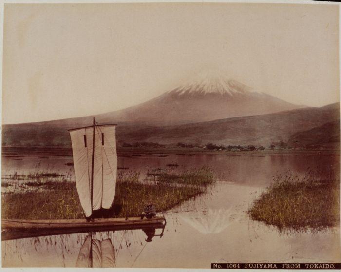 Японец на парусной лодке на фоне горы Фудзи, 1890-е годы.
