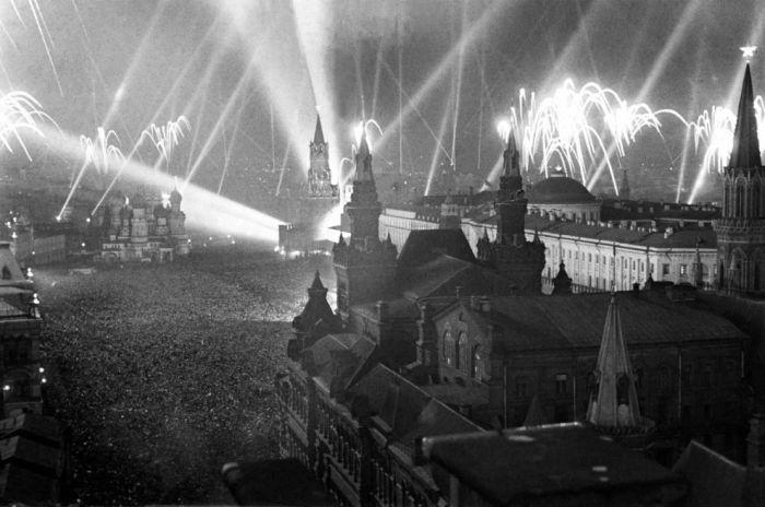 Салют на Красной площади в Москве в честь победы над нацистской Германией в 1945 году.