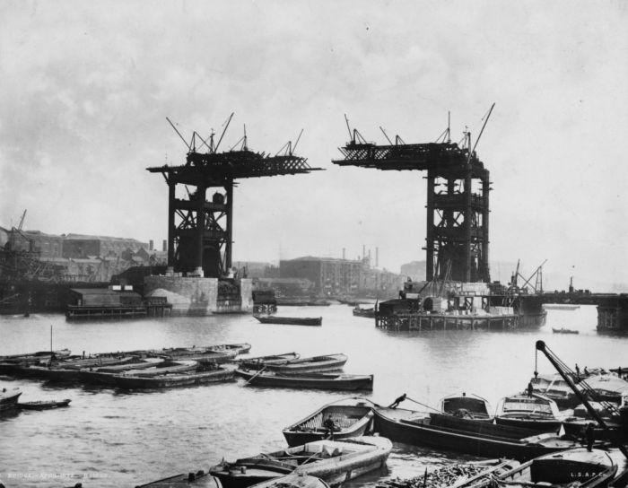 Недостроенный Тауэрский мост в Лондоне в конце XIX века.