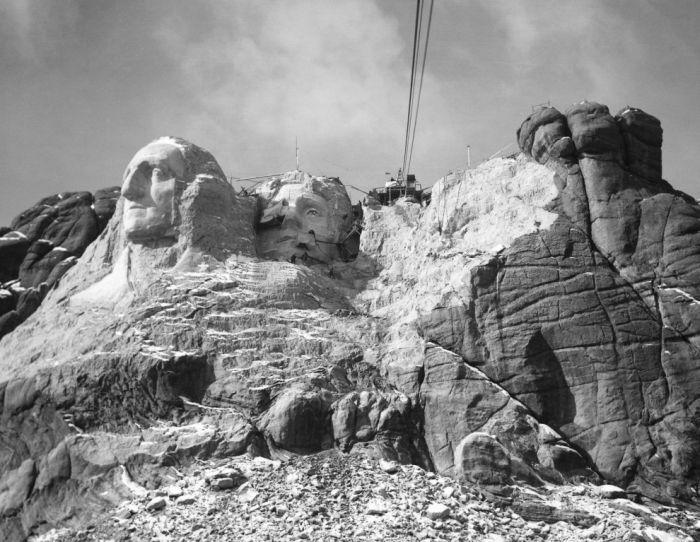 Ваяние на горе Рашмор в 1930-е. На тот момент с горы убрали 500 тысяч тонн гранита.