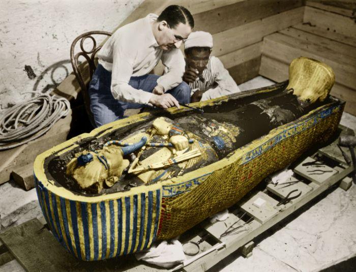 Археолог Говард Картер изучает золотой саркофаг Тутанхамона после вскрытия его гробницы в 1923 году.