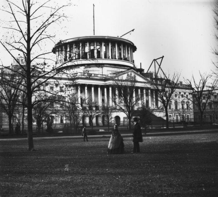 Здание Капитолия в Вашингтоне еще без купола, 1859 год.