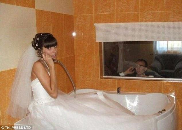 Молодожены не могут расстаться даже в туалете. Невеста так вообще пытается позвонить по душу.