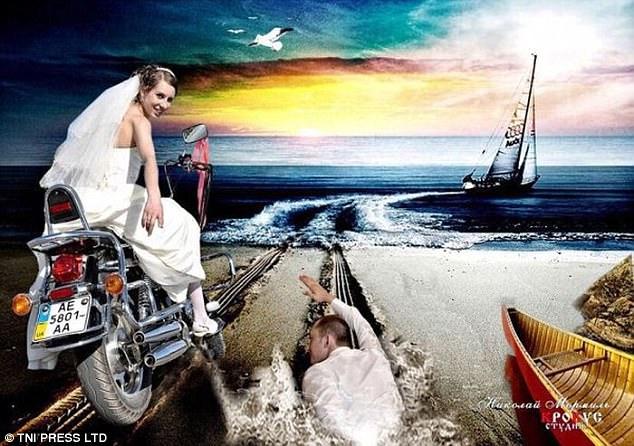 Не успели пожениться, как невеста стремительно убегает за рулем мотоцикла. Жениху приходится догонять почему-то вплавь.