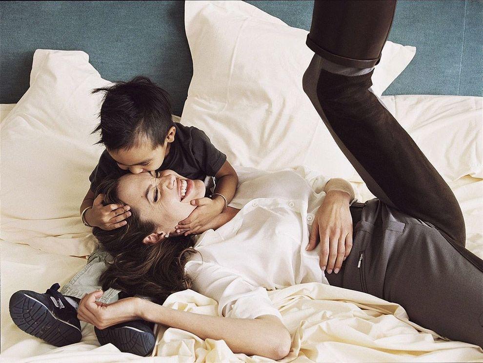15. Анджелина Джоли с сыном Мэддоксом.
