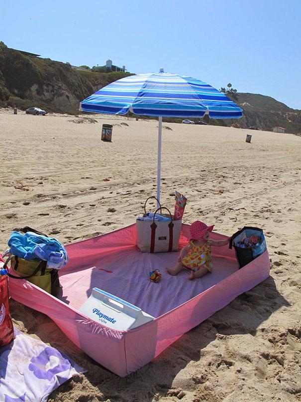 5. Вот как не дать малышке наесться песка на пляже.