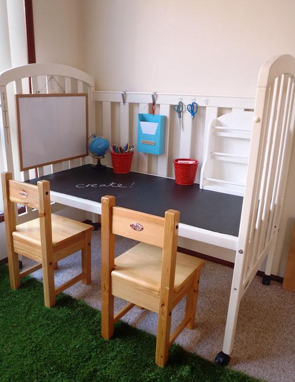 6. Превратите старую детскую кроватку в место для творчества.