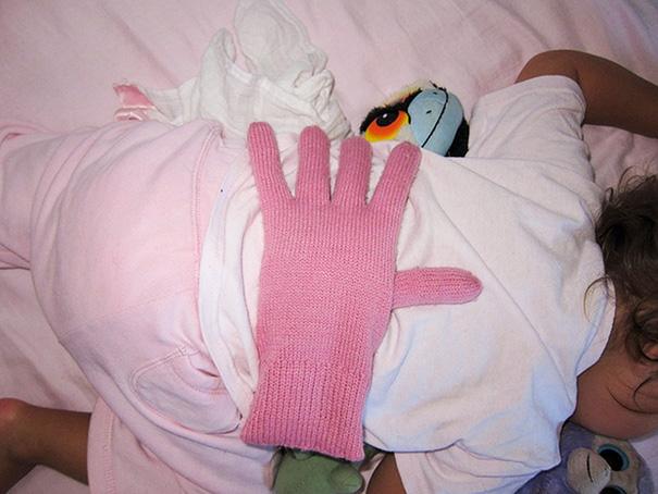 8. Если вы устали, но хотите проявить свою любовь и заботу, положите перчатку ему на спинку. Он будет думать, что это ваша рука.