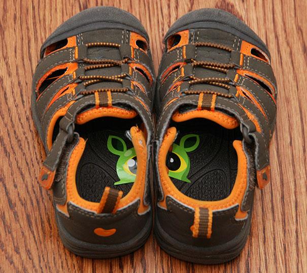11. Наклейки помогут ребенку быстрее выучить где правая нога, а где левая.
