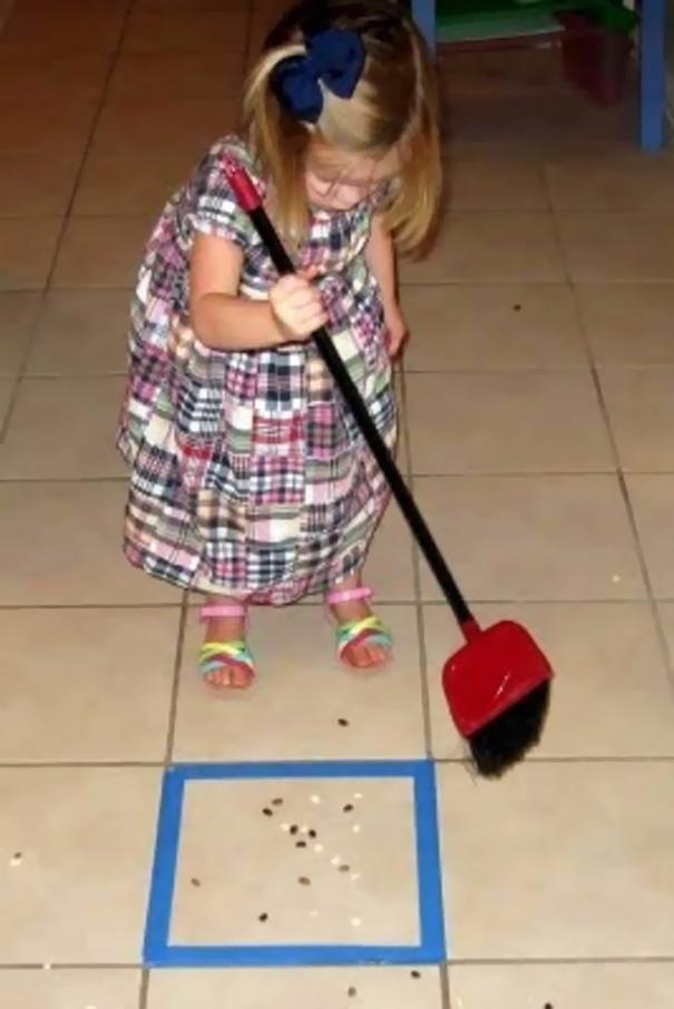 12. Приучайте ребенка к работе по дому в форме игры.