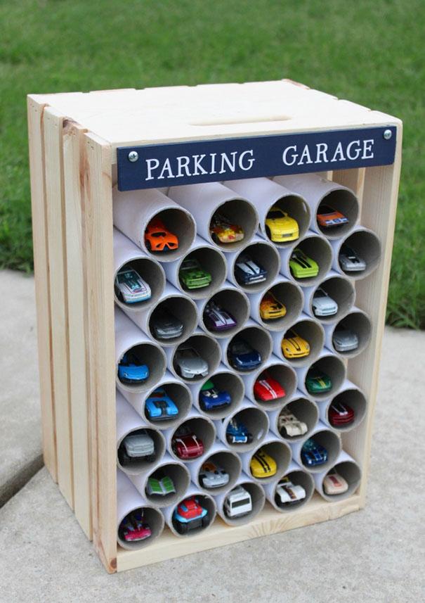 18. Можно использовать трубки от туалетной бумаги в качестве гаражей для машинок.