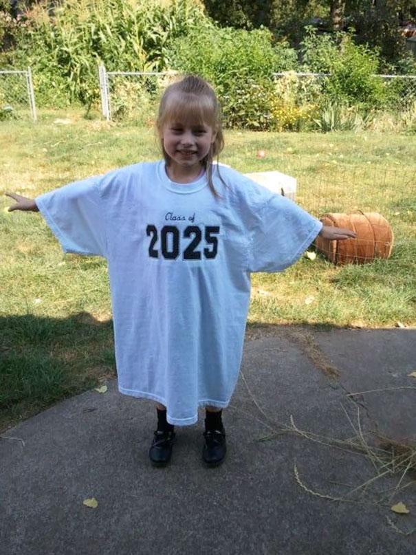 21. Примерно с садика фотографируйте ребенка каждый год в одной и той же футболке, чтобы видеть, как он вырос за это время.