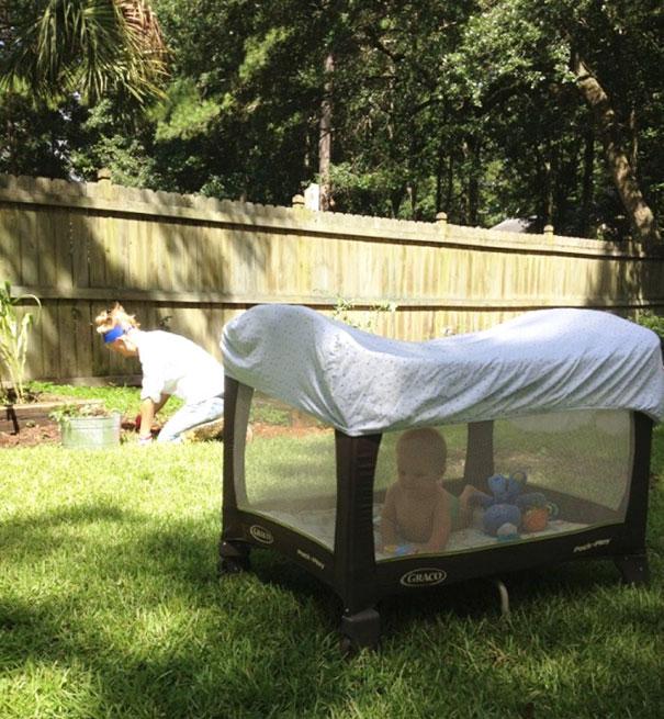 22. Накройте манеж ребенка простыней, чтобы его не искусали комары.