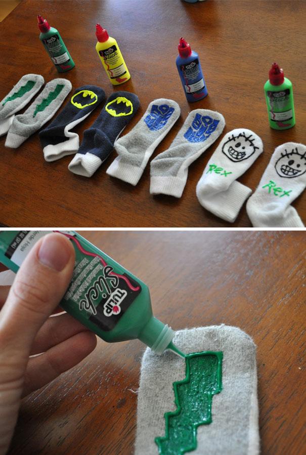 24. Используйте пленочную краску на носках, чтобы малыш не поскользнулся на гладком полу.