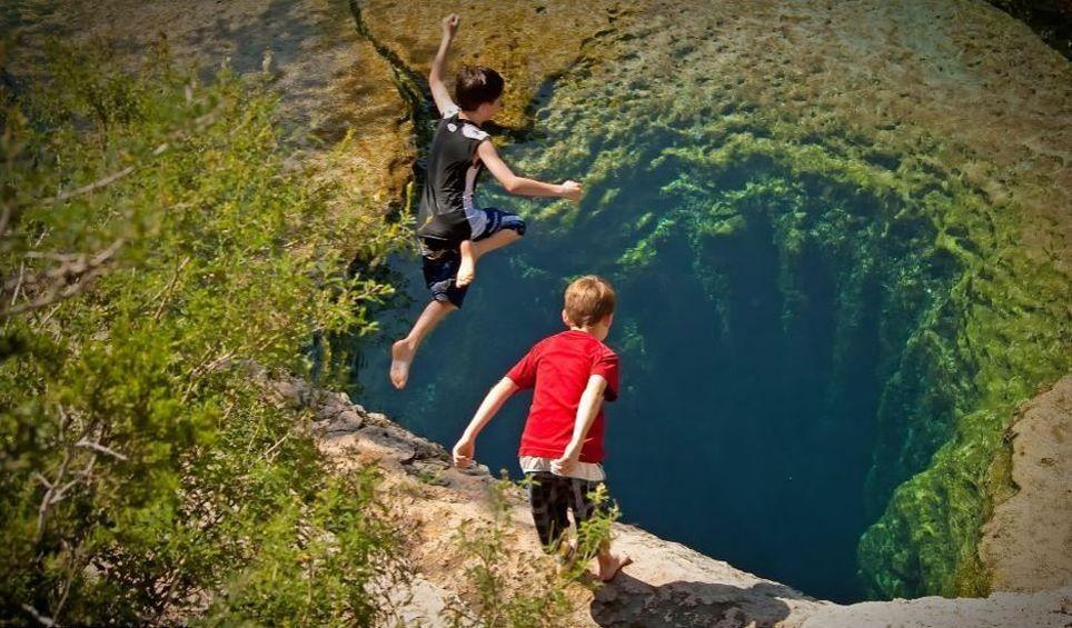 2. С первого взгляда Колодец Иакова похож на безопасный бассейн, в который вливается ручей Cypress Creek. По размеру он четыре метра в диаметре, и выглядит этот колодец спокойным и безопасным. В нем четыре пещеры, которые находятся на несколько десятков футов ниже поверхности.