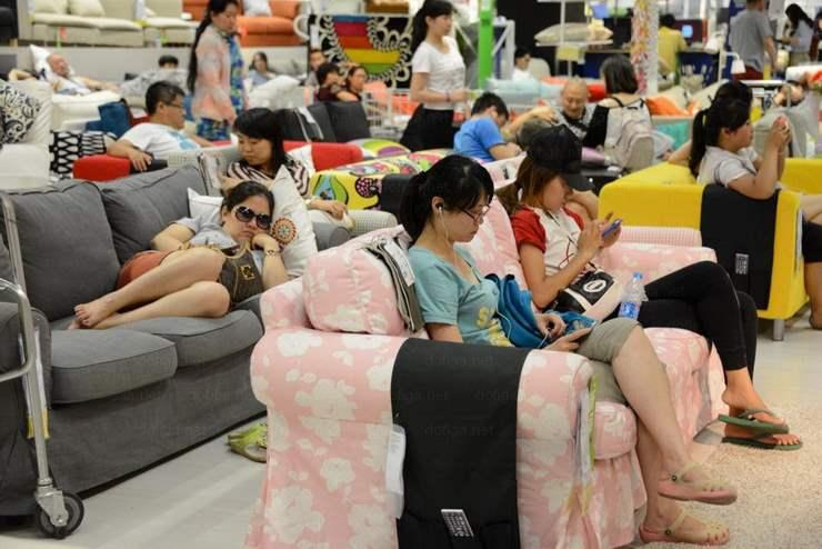 7. В мебельных магазинах Китая посетителям разрешается испытывать мебель перед покупкой. Почему бы не посидеть в соцсетях, если там даже вай-фай есть.