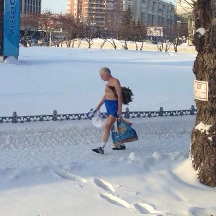 11. Этот старичок решил после баньки прогуляться на морозе в одних тpycax. Это же банный веничек у него под мышкой?