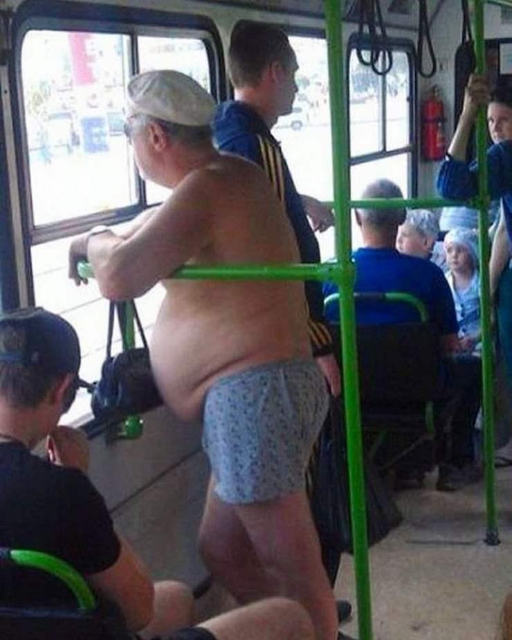 12. А у этого мужчины, хочется верить, что просто украли вещи на пляже, иначе как объяснить такой вид в общественном транспорте?