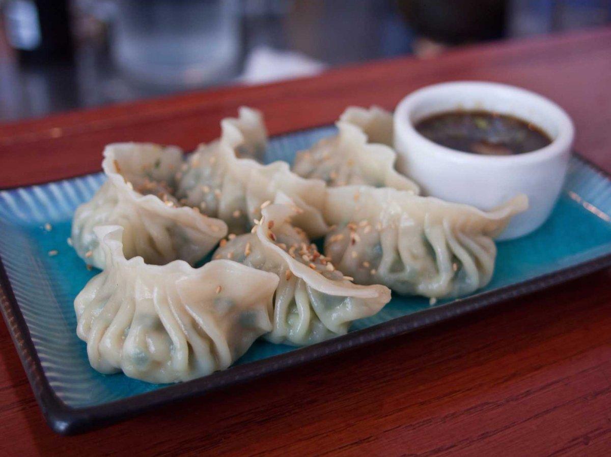 1. Популярный вид пельменей — китайские цзяоцзы — обжаривают в сковороде с одной стороны, а затем варят в воде или бульоне. Традиционная начинка для цзяоцзы — это свинина, креветки или капуста.