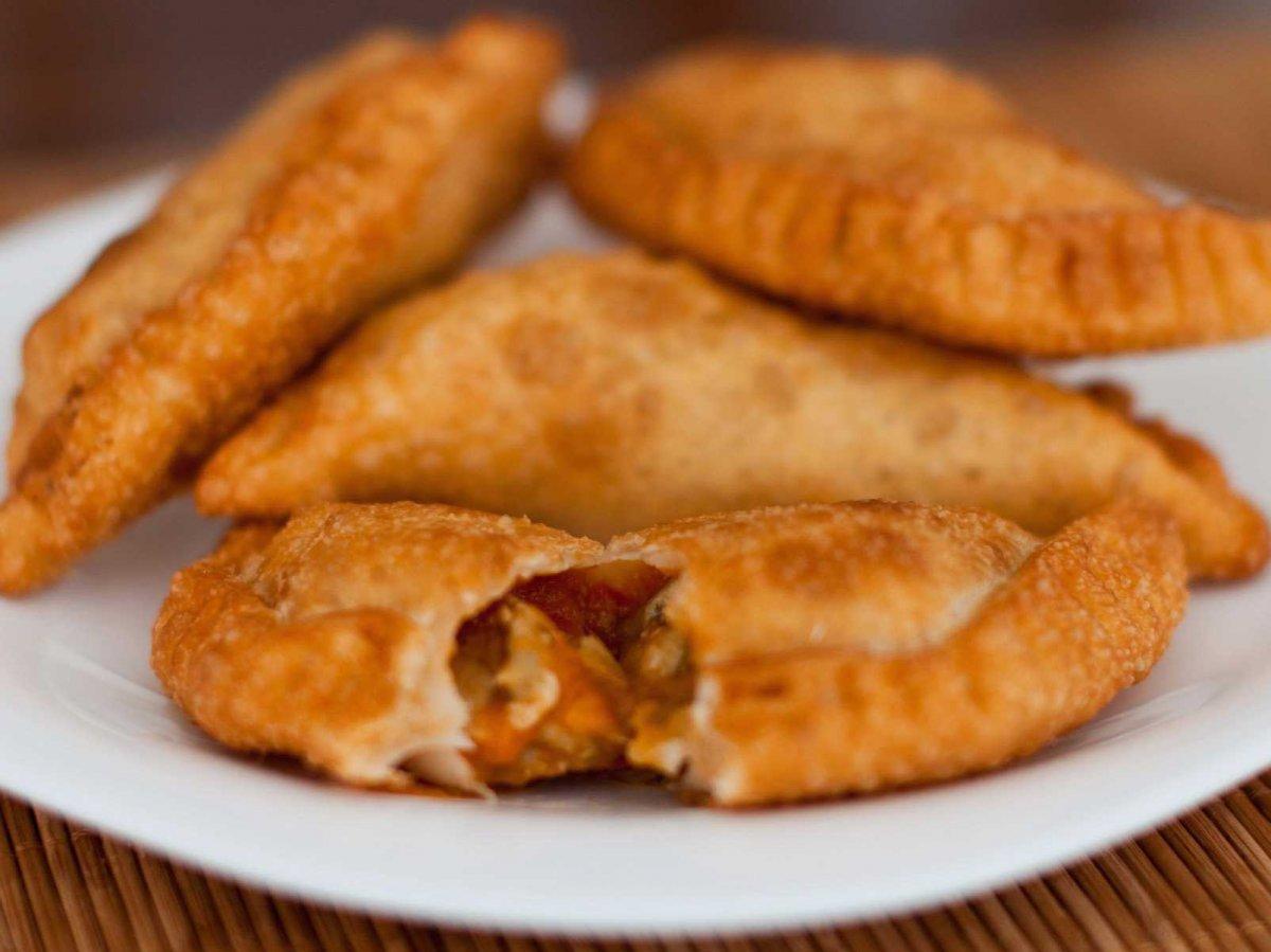 3. «Эмпанада» переводится с испанского как «завернутый в хлеб»; подходящее название для этих жареных аргентинских пельменей. Надкусите корочку, и внутри найдете начинку в виде говяжьего фарша, яиц, оливок, лука, паприки и тмина.