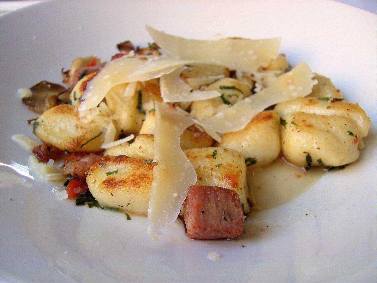 4. Среди огромного разнообразия итальянской кухни особняком стоят нежные ньокки. Хотя это скорее клецки, чем пельмени, их делают из картошки, муки, яиц, сыра, риккоты, а затем подают в соусе с мясом или овощами.