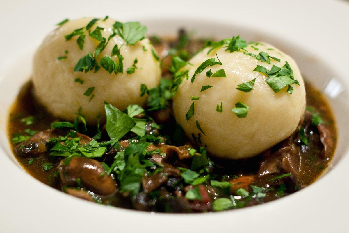 7. Традиционное европейское блюдо — кнедлики — не имеет наполнителя, но его часто подают с мясными блюдами, например со шницелем или рулькой.