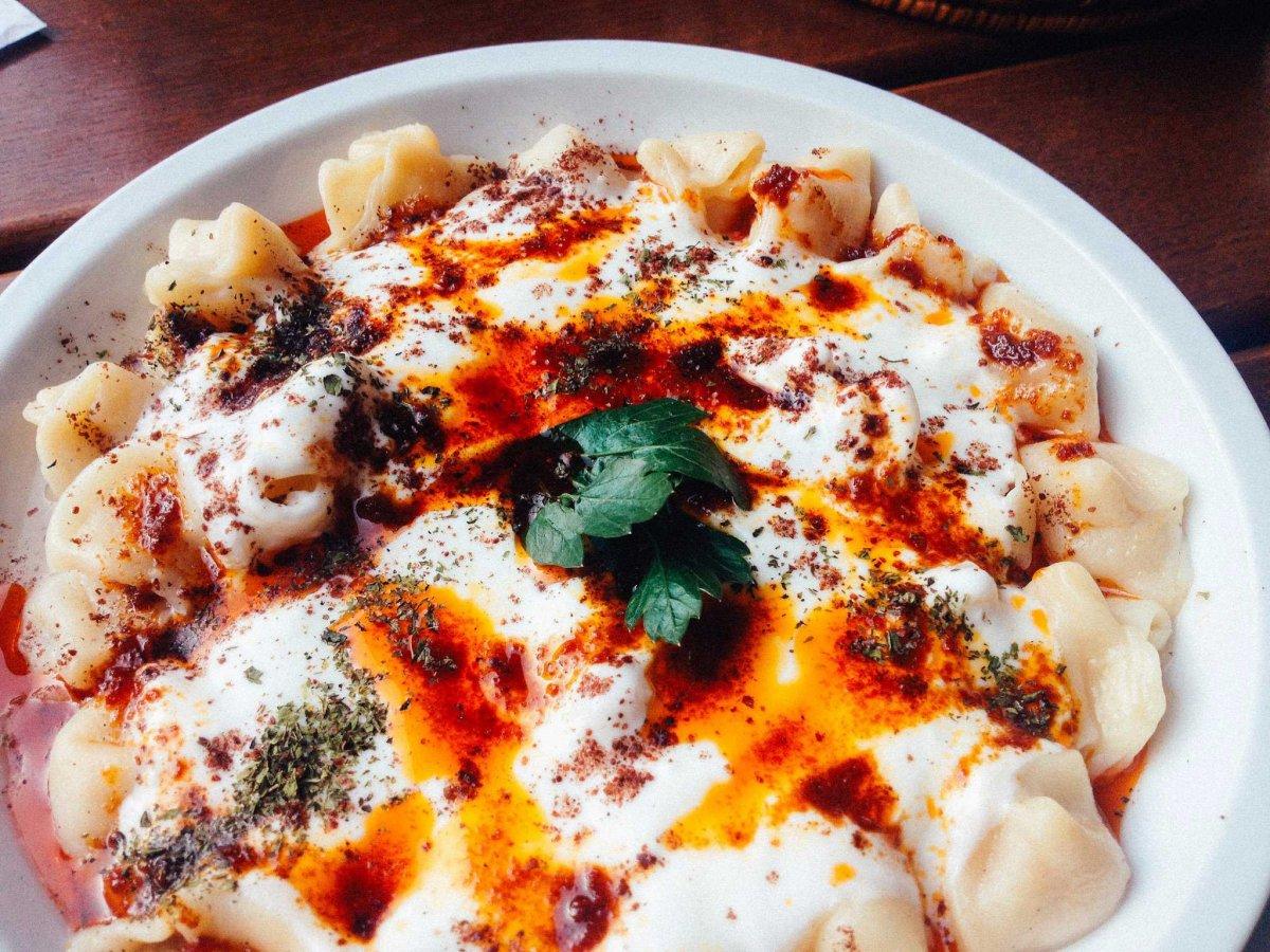 19. Манты по-турецки готовят с говядиной или бараниной и подают в йогурте, масле и с молотым красным перцем.