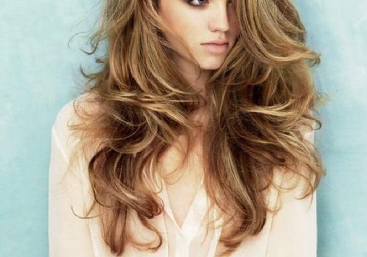 4. Если перед мытьем головы сполоснуть волосы раствором перекиси в воде, ваши волосы будут сиять естественными бликами.