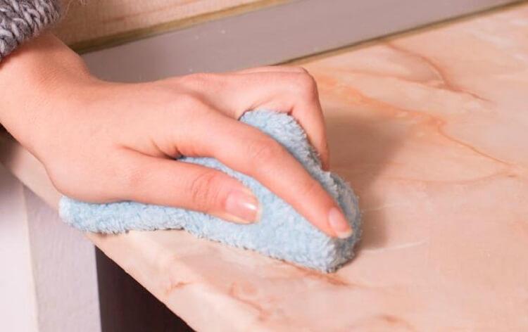 6. Раствор перекиси в воде отлично очищает столешницы из пластика, камня или дерева.