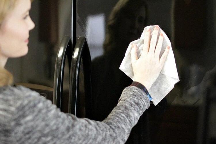 8. Перекись водорода — универсальное средство для мытья холодильника. Оно не только легко удаляет пятна и грязь, но и запахи.
